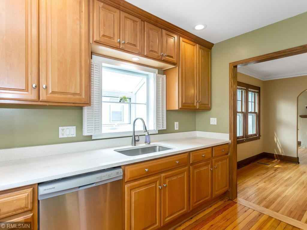 View 43 photos of this 3 bed, 2 bath, and 1,360 sqft. single_family home located at 898 Howell St N, Saint Paul, Minnesota 55104 is Pending for $275,000.