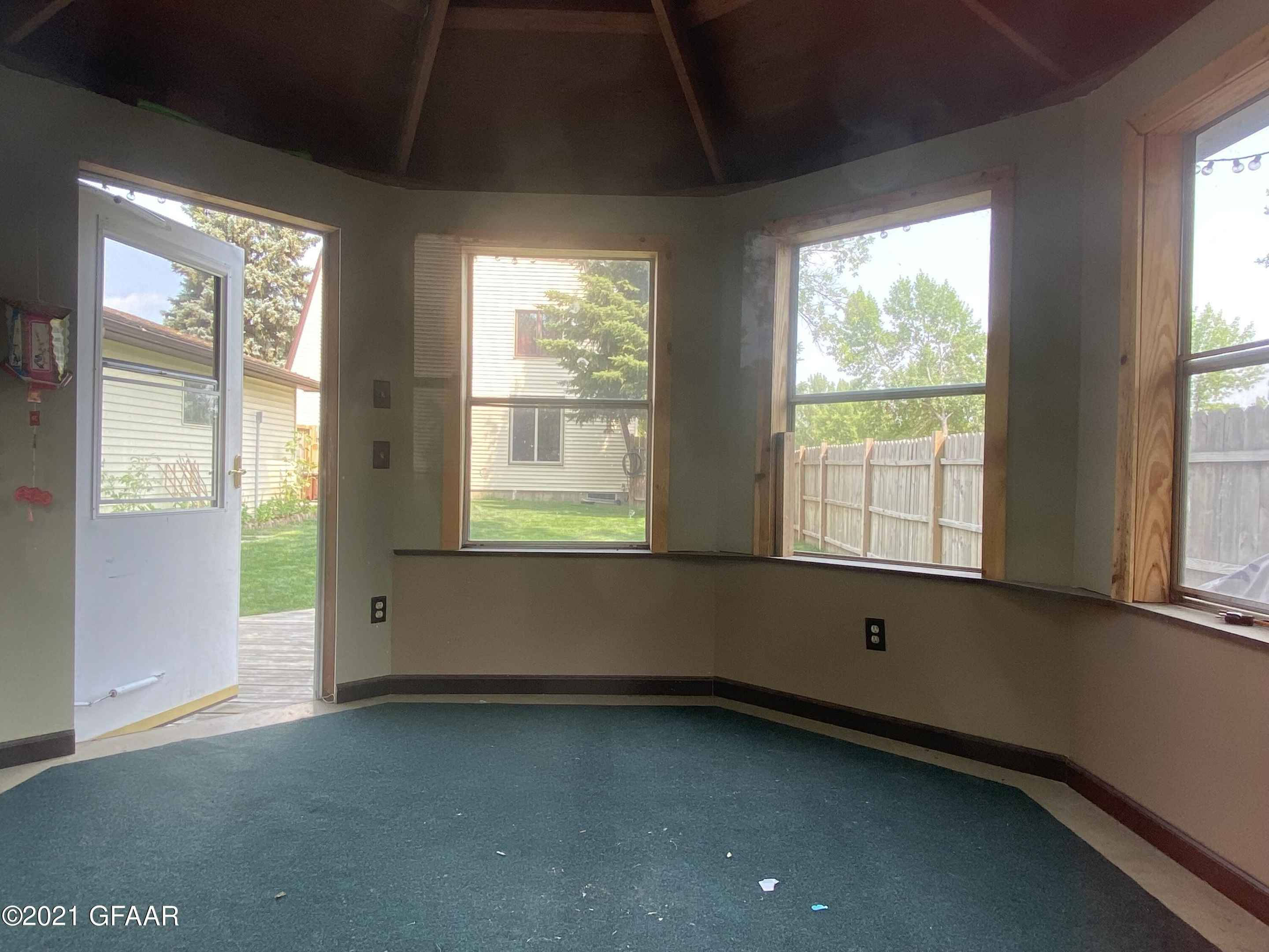 View 31 photos of this 4 bed, 3 bath, and 2,874 sqft. single_family home located at 1034 8th St SE, East Grand Forks, Minnesota 56721 is Active for $229,900.