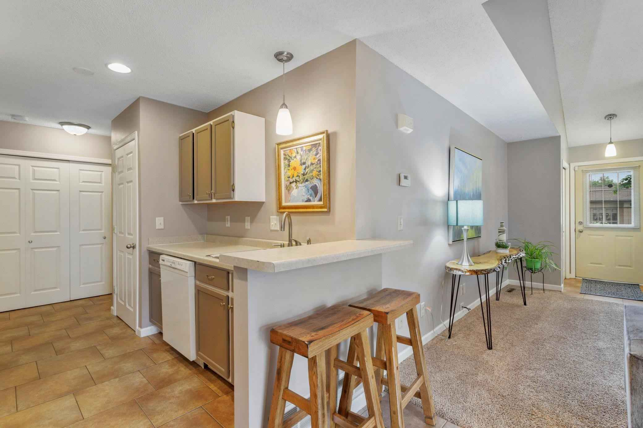 View 26 photos of this 4 bed, 3 bath, and 1,700 sqft. condo home located at 1200 Black Oak Dr, New Brighton, Minnesota 55112 is Pending for $289,000.