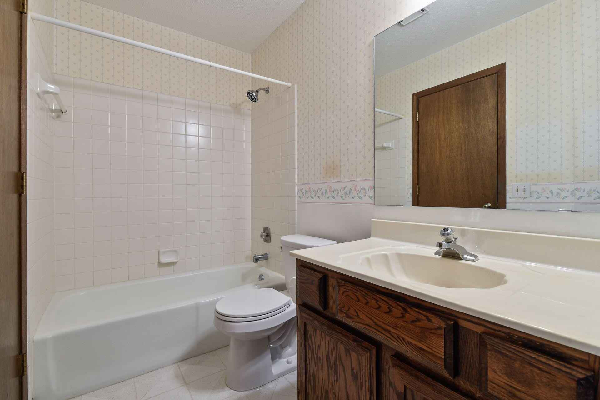 View 24 photos of this 2 bed, 2 bath, and 1,282 sqft. condo home located at 11141 Vessey Cir, Bloomington, Minnesota 55437 is Active for $229,000.