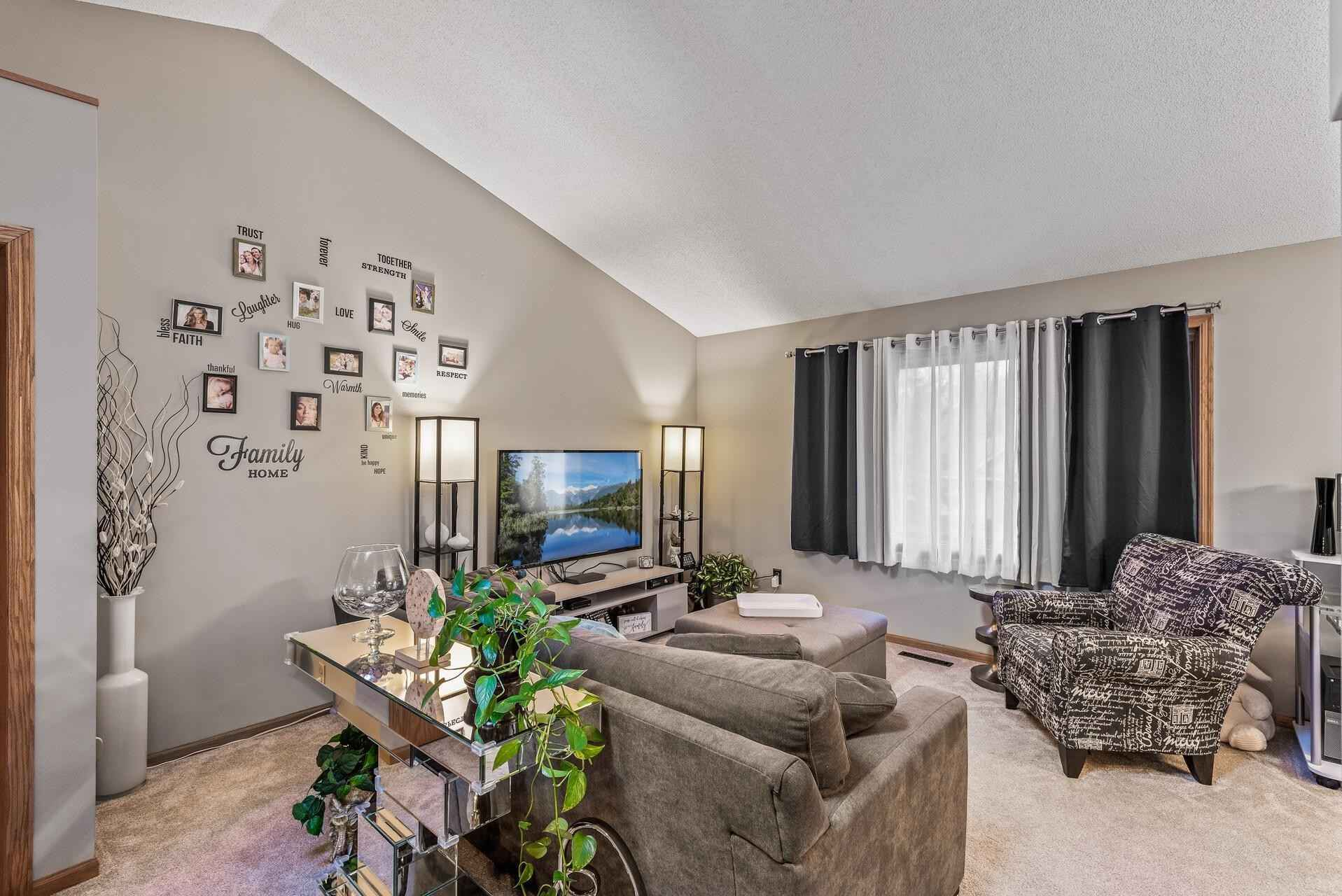 View 21 photos of this 2 bed, 2 bath, and 1,210 sqft. condo home located at 3261 Greenbrier St, Vadnais Heights, Minnesota 55127 is Pending for $190,000.